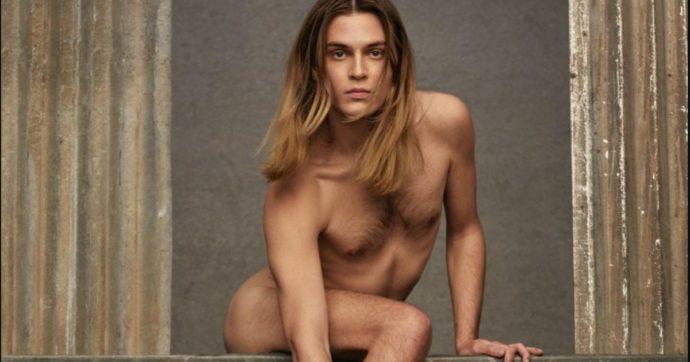 """Valentino, l'uomo nudo con la borsa fa scandalo. Pierpaolo Piccioli: """"Il male è negli occhi di chi guarda"""""""