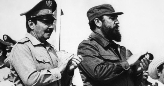 Cuba, dopo più di 50 anni finisce l'era Castro: Raul, fratello di Fidel, lascia la guida del Partito comunista - Il Fatto Quotidiano