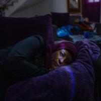 La foto dell'anno è di Antonio Faccilongo per la serie Habibi. Beit Rima, Palestina: Lydia Rimawi (39) sdraiata sul divano mentre suo figlio Majd, concepito da IVF, riposa su un divano dietro di lei. Il marito di Lydia, Abdel Karim, è stato arrestato nel giugno 2001 e condannato a 25 anni di carcere.