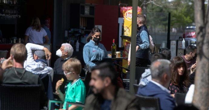 """Covid, """"l'esperimento"""" di Madrid: tutto aperto nonostante contagi e morti. I Popolari con le imprese, ma i medici: """"E' la quarta ondata"""""""