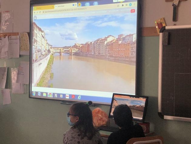 """La gita scolastica virtuale a Firenze: 12mila studenti da tutta Italia connessi per scoprire la città. E anche il viaggio va """"immaginato"""""""