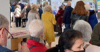 Monza, code e assembramenti all'ospedale per ricevere la seconda dose del vaccino. Gli anziani (prenotati) restano in piedi