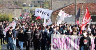"""No Tav, migliaia in marcia in Val Susa contro il nuovo autoporto: """"Fermate quest'opera climaticida"""". Bloccata l'autostrada (VIDEO)"""