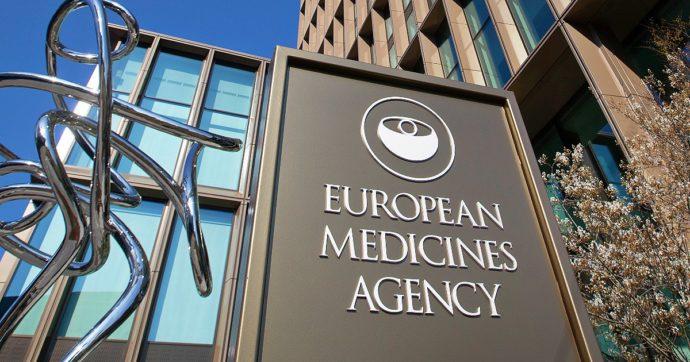 """AstraZeneca, Ema: """"Sì ai richiami per chi ha avuto prima dose. Una trombosi ogni 100mila vaccinati, nessun dato su rischi legati al sesso"""""""