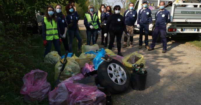 """I volontari di Lonate Pozzolo che in due anni hanno raccolto 52 tonnellate di rifiuti: """"Nei boschi le bestie non sporcano, gli uomini sì"""""""