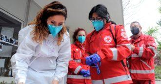 """Vaccinazioni, i volontari in prima linea per accogliere e accompagnare chi ha bisogno: """"Quando li aiutiamo, molti si commuovono"""""""