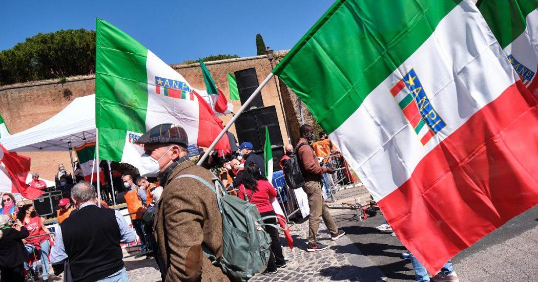 """25 aprile, Mattarella ai giovani: """"Spinta morale dietro scelta partigiana"""". Draghi: """"Non tutti gli italiani furono 'brava gente', immorale non scegliere da che parte stare. Questa ricorrenza non invecchi"""""""