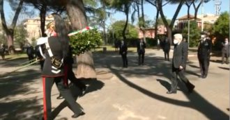 25 Aprile, il Presidente della Repubblica Sergio Mattarella depone una corona in ricordo delle vittime del rastrellamento del Quadraro (video)