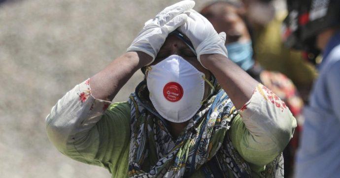 """Covid in India, Oms: """"Situazione più che straziante"""". In 24 ore oltre 323mila casi. Uk, Francia e Usa inviano materiale sanitario"""