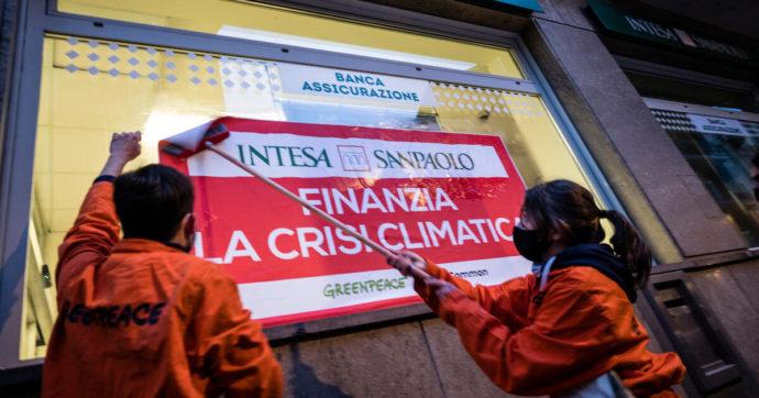 """Greenpeace e ReCommon """"chiudono"""" 11 filiali di Intesa SanPaolo per protesta: """"Basta investire su gas, petrolio e carbone"""""""
