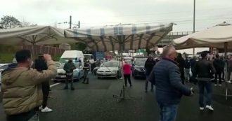 Roma, gli ambulanti bloccano il Grande raccordo anulare con furgoni e ombrelloni: traffico in tilt. La protesta contro stop a proroga licenze – Video