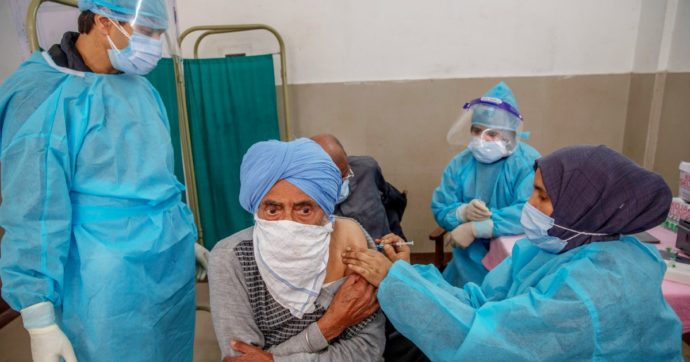 Covid in India, altri 3400 morti ma diversi Stati hanno finito i vaccini. A Delhi la polizia cerca nuovi crematori