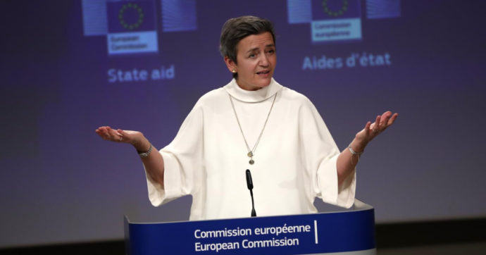 """Alitalia, la commissaria Ue: """"Aspettiamo proposte da Roma per riprendere le trattative"""". Stipendi di aprile arriveranno in due tranches"""