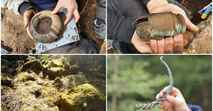 """Svezia, va a camminare nel bosco e ritrova gioielli dell'età del bronzo: """"Appartenuti a una donna di alto rango"""""""