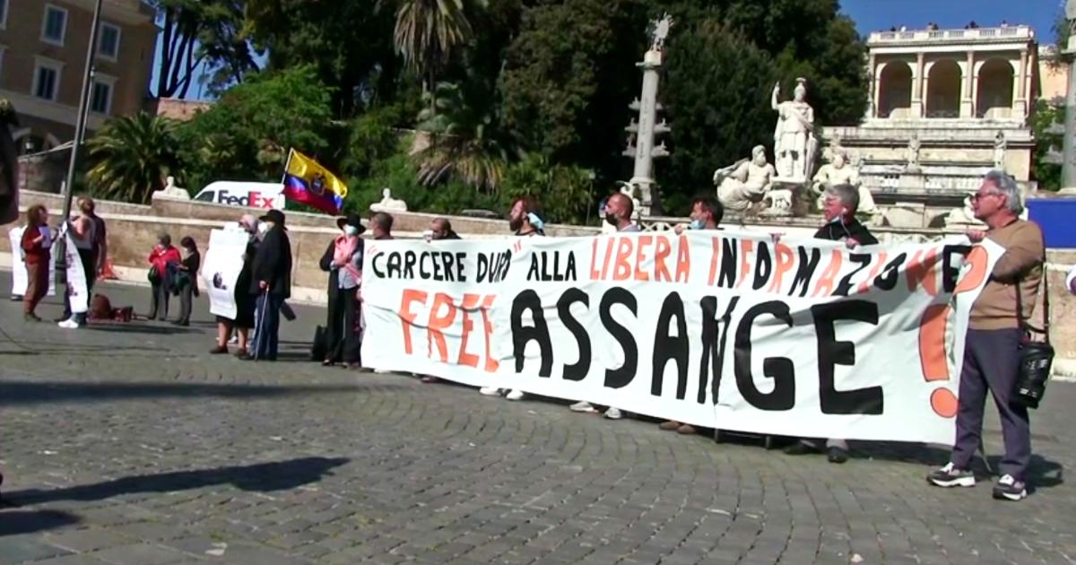 """Libertà di stampa, a Roma la manifestazione per chiedere la liberazione di Julian Assange: """"Trattato da terrorista in Regno Unito"""" – Video"""