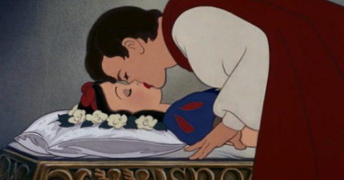 """""""Il bacio del principe a Biancaneve non è consensuale"""": lo storico cartone animato della Disney finisce nella bufera. Ecco perché"""