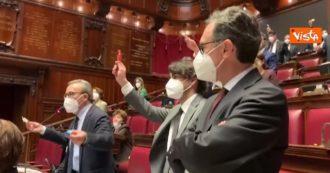 """Mafia, il Pd sventola alla Camera i torroncini Condorelli: """"Solidarietà all'imprenditore siciliano, oggi siamo tutti lui"""" – Video"""