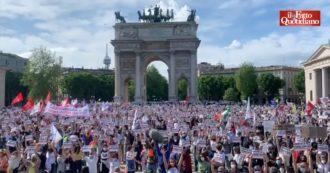 """Milano, migliaia in piazza per il Ddl Zan: """"Basta aggressioni definite 'per futili motivi'. Esiste l'omotransfobia, va combattuta"""" (Video)"""