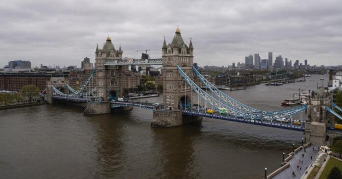 Londra, la prima piscina sospesa a 35 metri d'altezza. Foto e data di inaugurazione