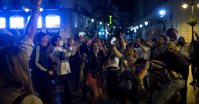 Spagna, finisce l'emergenza. Nelle piazze feste come a capodanno violando tutte le misure di sicurezza