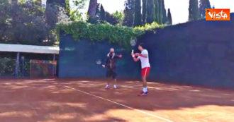 """""""Piegati di più sulle gambe"""", la 'lezione' di tennis di Fiorello a Novak Djokovic – Video"""