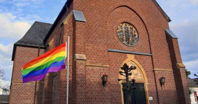Centinaia di sacerdoti tedeschi benedicono coppie gay: la protesta contro il Vaticano