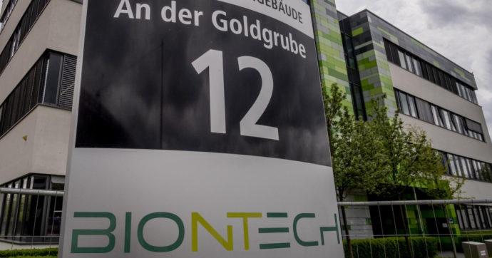 Fiale d'oro, volano gli utili di BioNtech che produce il vaccino con Pfizer. Maxi bonus per l'amministratore di Astrazeneca