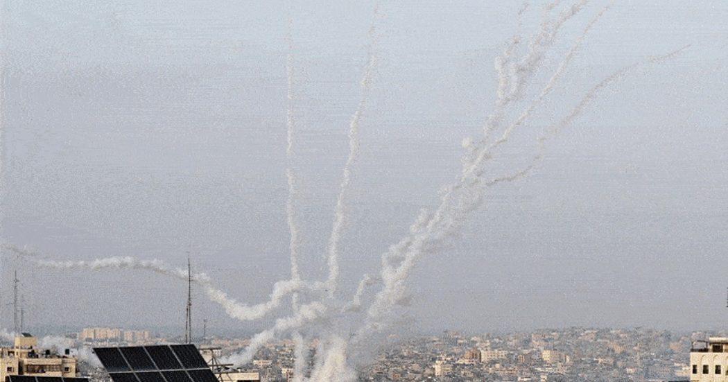 """Pioggia di razzi di Hamas contro Gerusalemme. Il movimento: """"Raid di Israele a Gaza hanno ucciso 20 persone, 9 bambini"""". Tel Aviv smentisce. Le Ue: """"Inaccettabili i lanci contro popolazioni civili"""""""