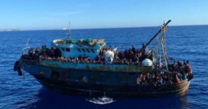 """Migranti, naufragio in acque libiche: 5 morti. A Lampedusa 20 sbarchi in 24 ore: l'Italia chiede ricollocamenti. L'Ue: """"Serve solidarietà"""""""