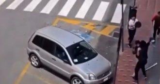 Ventimiglia, migrante aggredito e picchiato in strada con bastoni e spranghe: denunciate tre persone. Il video ripreso da un abitante