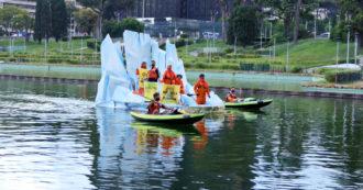 """Roma, attivisti di Greenpeace protestano su un iceberg sotto il palazzo Eni: """"Azienda col più alto livello di emissioni, punta su gas e petrolio"""""""
