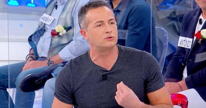 Uomini e Donne, Riccardo lancia accuse che coinvolgono la redazione di Maria De Filippi: scoppia il caos in studio