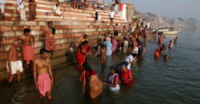 India, affiorano decine di cadaveri dalle acque del Gange. Nelle ultime 24 ore altri 4mila morti