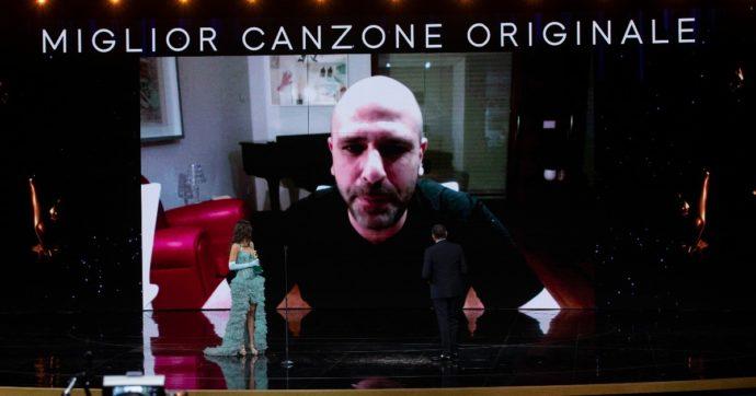 """David di Donatello 2021, """"Immigrato"""" di Checco Zalone è la miglior canzone: """"Se lo sapevo venivo. I miei famigliari dormono, non gliene frega niente che ho vinto"""""""