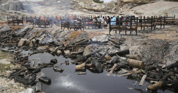 India, nella seconda ondata Covid prezzi troppo alti per le cremazioni: trovati cadaveri sepolti nella sabbia lungo le rive del Gange