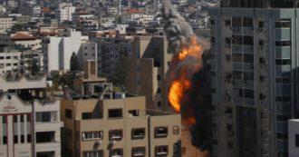 """Israele bombarda a Gaza il grattacielo sede di al-Jazeera e Associated Press. I giornalisti: """"Lavoriamo dall'ospedale, siamo inorriditi"""". La Casa Bianca avverte: """"Garantire la sicurezza dei media è fondamentale"""""""
