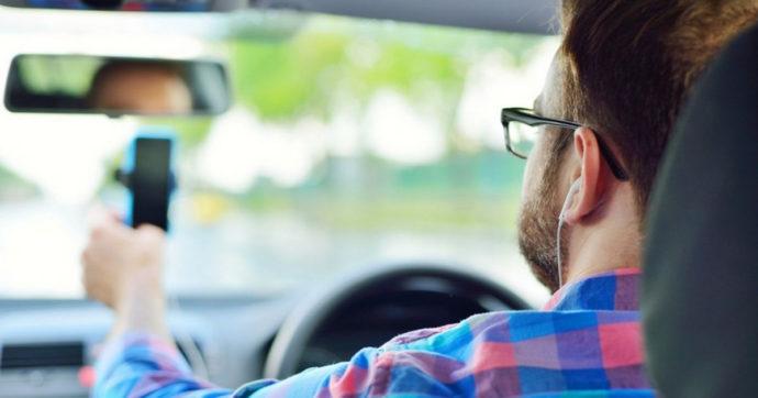 Ford, l'uso degli auricolari in strada rallenta i tempi di reazione ai pericoli – VIDEO