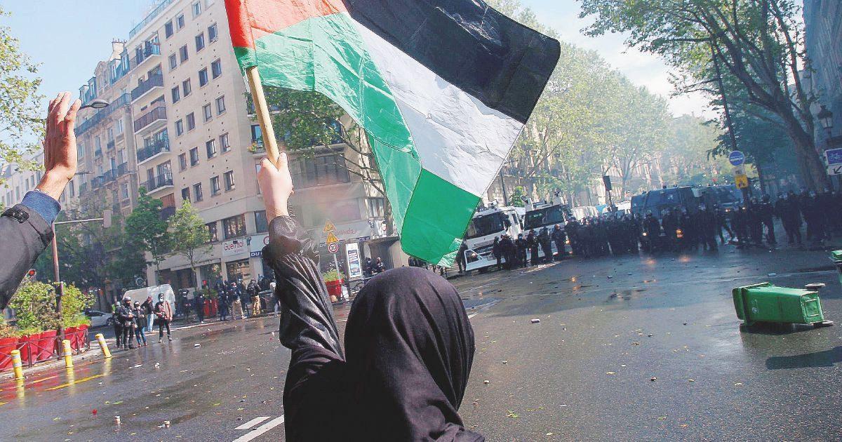 Londra sfila pacifica. Parigi, corteo negato pro-Palestina: scontri