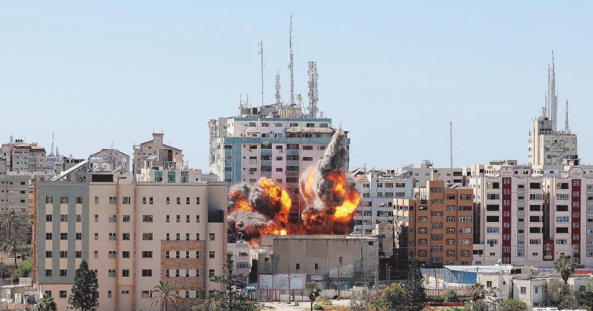 """Israele: """"Nessuna tregua"""". Abbattuta la torre dei media"""