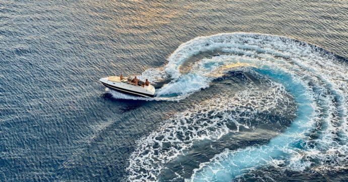 Turisti si spostano per scattare un selfie di gruppo e la barca si capovolge: 7 morti e 2 dispersi in mare
