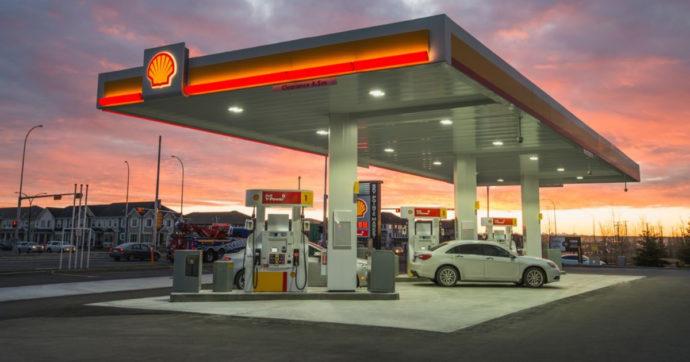 """Benzina sempre più cara, """"vede"""" la soglia degli 1,6 euro al litro. Il pieno costa 7 euro in più rispetto a inizio anno"""