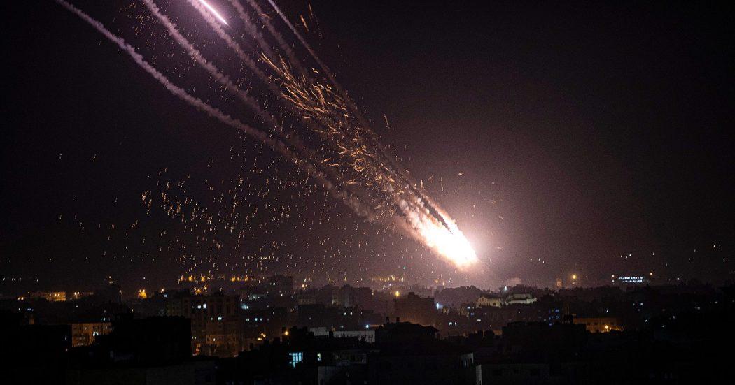 """Gaza, 4.300 razzi verso Israele in 10 giorni: offensiva senza precedenti. L'analista: """"Un arsenale evoluto grazie all'aiuto degli esperti iraniani. Ma Israele sapeva e non ha agito"""""""