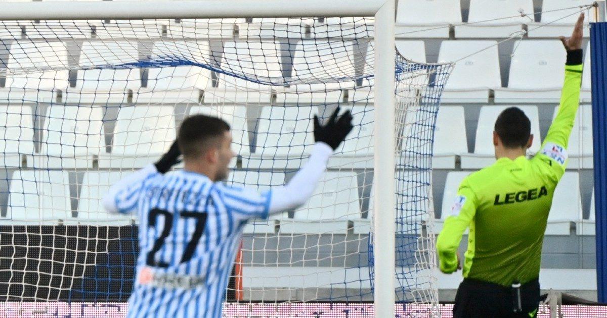 """Calcio, sospesi sette arbitri di Serie A e B: """"Gonfiati i rimborsi per trasferte e tamponi"""""""