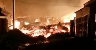Congo, erupción del volcán Nyiragongo: la lava avanza y las casas giran - video