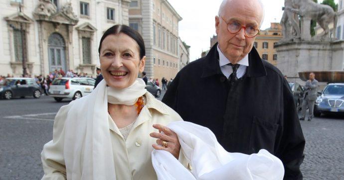 """Carla Fracci, il marito Beppe Menegatti: """"Ho chiuso il telefono, non resisto emotivamente"""". E il figlio: """"Nei suoi ultimi istanti di vita sguardi d'amore per noi"""""""