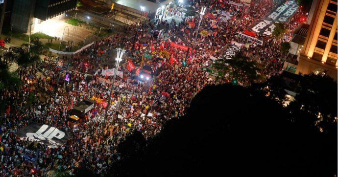Brasile, proteste in quasi 200 città contro la gestione del Covid da parte di Bolsonaro: decine di migliaia di persone in piazza