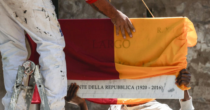 """Roma, la targa 'Azelio' diventa un caso: salta l'inaugurazione di largo Ciampi. Raggi si scusa. Ferrara (M5S): """"Complotto"""""""