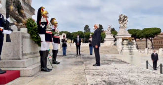 """2 giugno, Mattarella: """"Terribili prove, ma il consolidamento della democrazia non si è interrotto"""". La cerimonia all'Altare della Patria"""