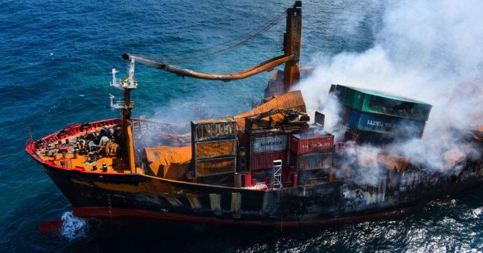 Sri Lanka, affonda un mercantile carico di sostanze chimiche: si rischia il peggior disastro ambientale della storia del Paese