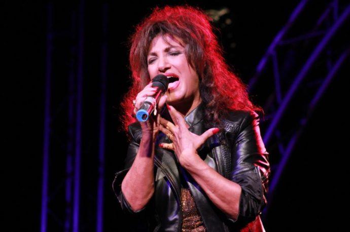 Gabriele Contini canta Marcella Bella soffrendo come un cane: finalmente basta 'ridacchiosi'